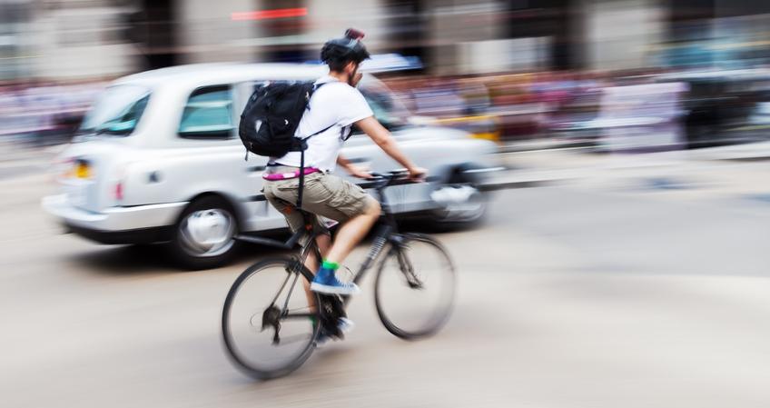 Radfahrer mit Citybike im Stadtverkehr