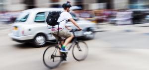 Radfahrer mit Cruiser im Stadtverkehr