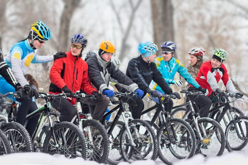 Gruppe von Fahrradfahrern mit Fahrradjacke