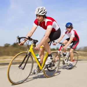 Rennradfahrer mit Fahrradtrikot in einer Kurve