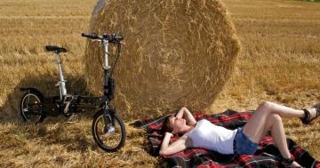 Junge Frau entspannt mit Faltrad