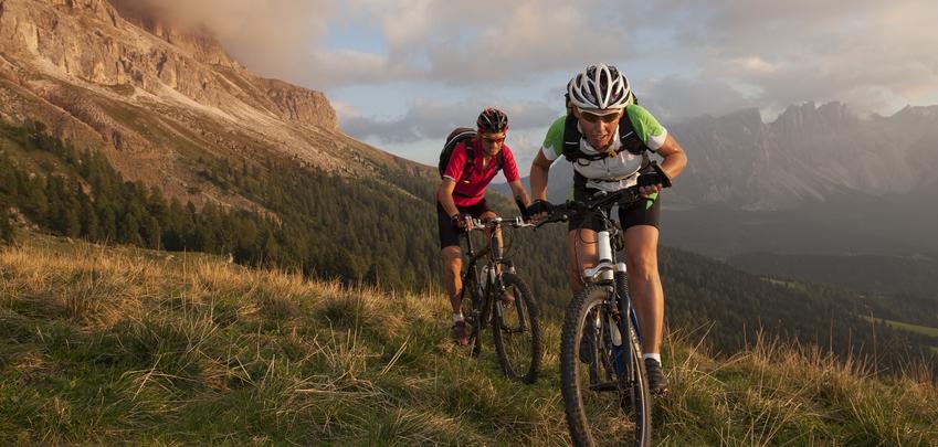 Mountainbiker mit Fahrradtrikot auf einer Tour