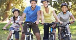 Familie mit Mountainbike auf Fahrrad Route