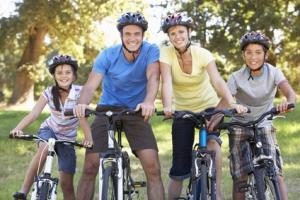 Familie mit Mountainbike auf einer Radtour