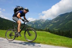 Transalp Biker vor Bergkulisse